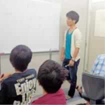 土曜演習教室で当塾の講師が質問を受けながら勉強方法を教えます
